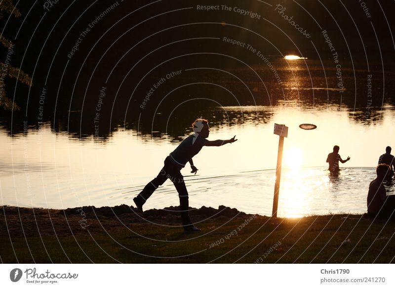 Frisbee mit Licht und Schatten Mensch Wasser Ferien & Urlaub & Reisen Sommer Strand Freude ruhig Erholung Wiese Spielen Bewegung Freiheit See Schwimmen & Baden