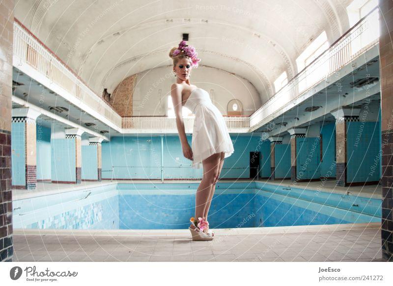 #241272 Frau blau schön Blume Erwachsene Erholung Architektur Stil Mode Zufriedenheit blond elegant ästhetisch stehen Lifestyle Coolness