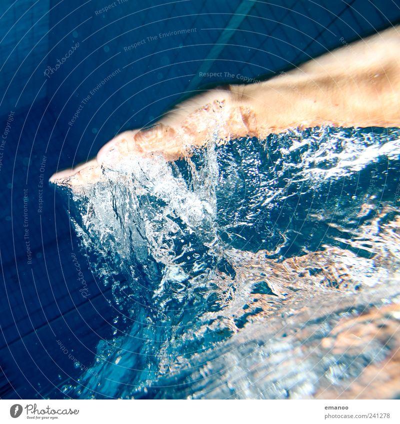 Luft holen Freude schön Haut Schwimmen & Baden Freizeit & Hobby Wassersport tauchen Schwimmbad Mensch Hand kalt nass blau Kraft Bewegung Gefühle greifen