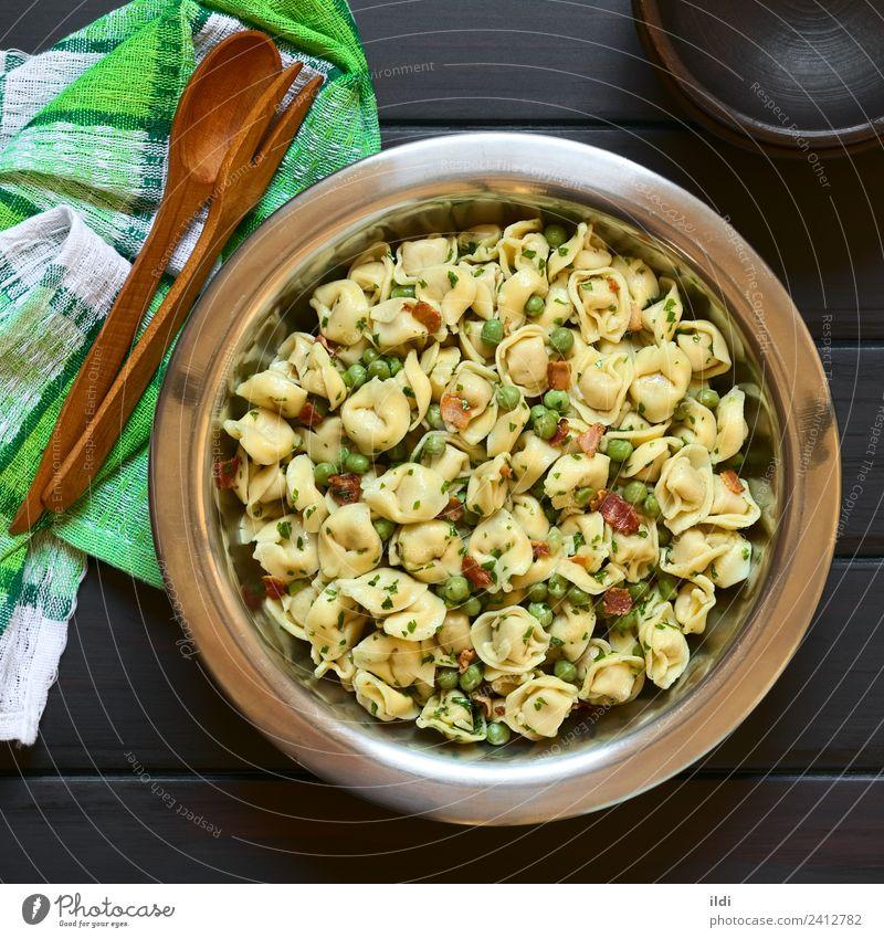 Speise frisch Gemüse Backwaren Fleisch Mahlzeit Salatbeilage Teigwaren rustikal Erbsen Italienisch Petersilie Speck Tortellini