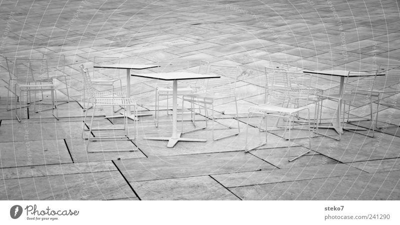 Stühle rücken II Stein kalt grau weiß Norwegen Oslo Stuhl Tisch Terrasse Schwarzweißfoto Außenaufnahme Menschenleer