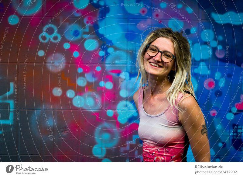 Jule | Junge Frau mit Dreads vor einem Graffiti Mensch feminin Jugendliche 1 18-30 Jahre Erwachsene Kunst Kultur Jugendkultur Subkultur Stadt Tattoo Brille