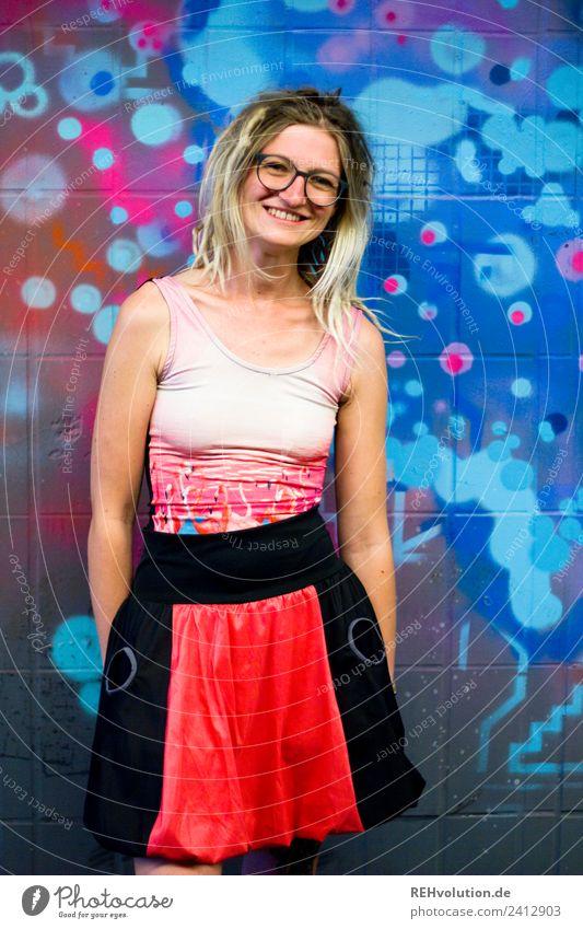 Jule | Junge Frau mit Dreads vor einem Graffiti Mensch feminin Jugendliche Erwachsene 1 18-30 Jahre Kunst Kultur Jugendkultur Stadt Mode Rock Brille