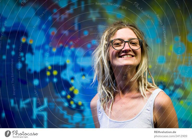 Jule | Junge Frau mit Dreads vor einem Graffiti Mensch Jugendliche Freude 18-30 Jahre Gesicht Lifestyle Erwachsene feminin lachen Glück Stil Kunst