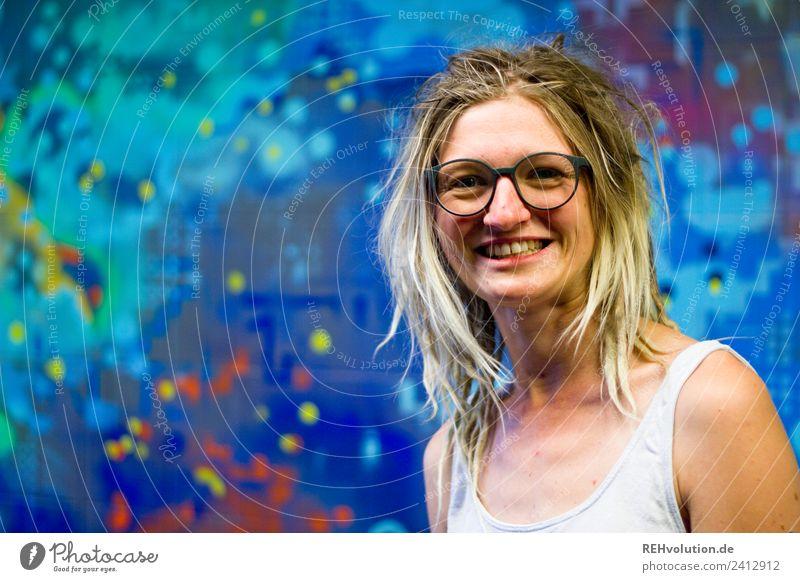 Jule   Junge Frau mit Dreads vor einem Graffiti Mensch Jugendliche Stadt Freude 18-30 Jahre Erwachsene Lifestyle Stil Glück Kunst Haare & Frisuren Zufriedenheit