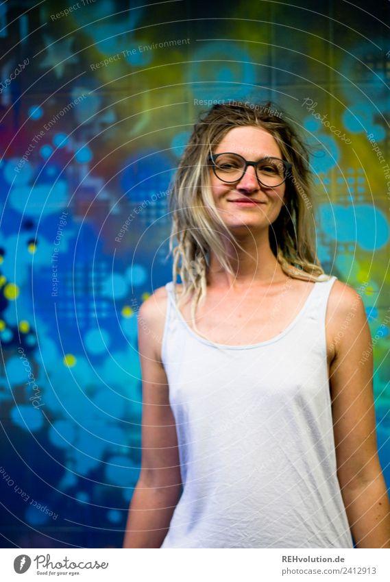 Jule | Junge Frau mit Dreads vor Graffiti Mensch feminin Erwachsene Jugendliche Gesicht 1 18-30 Jahre Sommer Kassel Stadt T-Shirt Brille Haare & Frisuren