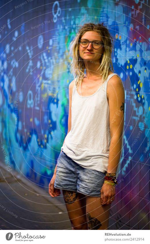 Jule - Junge Frau mit Dreads vor einem Graffiti Lifestyle Freizeit & Hobby Mensch feminin Jugendliche 1 18-30 Jahre Erwachsene Kunst Jugendkultur Subkultur