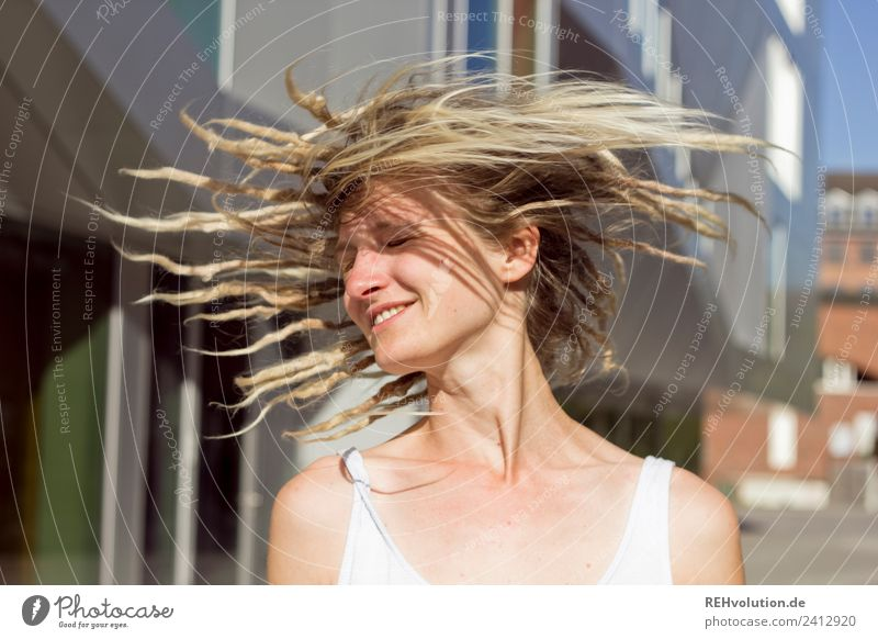 Jule | Junge Frau mit Dreads dreht sich Lifestyle Stil Freude Glück Mensch Jugendliche Erwachsene 1 18-30 Jahre Stadt Haare & Frisuren Rastalocken Bewegung
