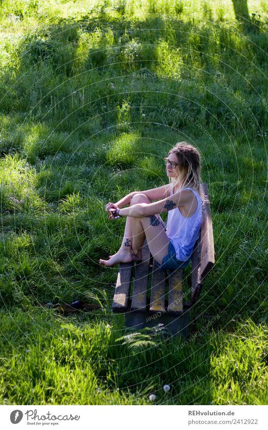 Jule | Junge Frau mit Dreads sitzt auf einer Bank im Grünen Lifestyle Stil Freizeit & Hobby Mensch feminin Jugendliche 1 18-30 Jahre Erwachsene Umwelt Natur