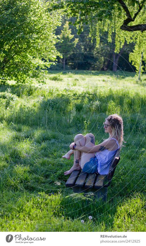 Jule | Junge Frau mit Dreads sitzt auf einer Bank im Grünen Lifestyle Stil Glück harmonisch Wohlgefühl Zufriedenheit Erholung ruhig Freizeit & Hobby