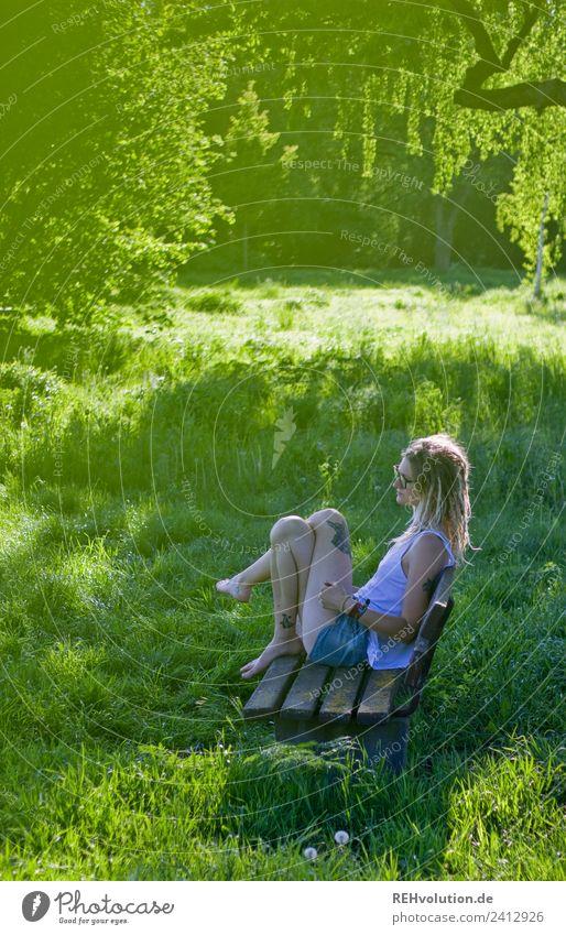 Jule | Junge Frau mit Dreads sitzt auf einer Bank im Grünen Lifestyle Wohlgefühl Zufriedenheit Erholung ruhig Freizeit & Hobby Mensch feminin Jugendliche