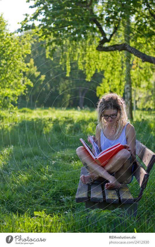 Jule | Junge Frau mit Dreads liest im Grünen Lifestyle Stil Freude Glück Wohlgefühl Zufriedenheit Erholung ruhig Freizeit & Hobby Ferien & Urlaub & Reisen