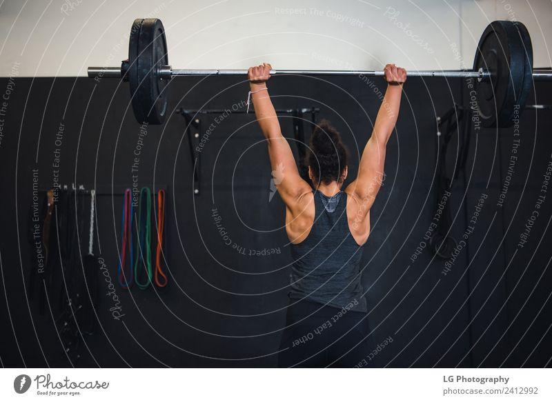 Nahaufnahme Gewichtheben Übung Körper Club Disco Sport Frau Erwachsene Mann Menschengruppe Gebäude Fitness muskulös stark Konzentration Gerät Training üben