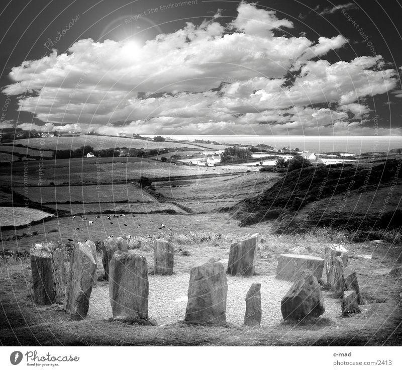 Stonecircle in Irland Wolken Steinkreis Steinblock Kelten Wiese Gras Stimmung Bauwerk Feld Meer Republik Irland Megalit Stoncircle Schwarzweißfoto Sonne