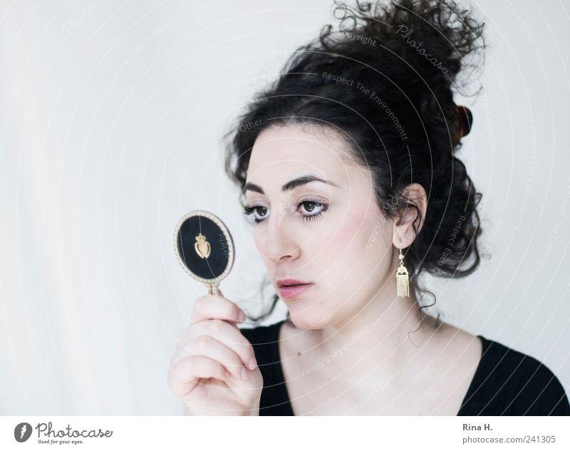 Blick in den Spiegel Mensch Jugendliche schön Erwachsene feminin Gefühle Haare & Frisuren hell Junge Frau 18-30 Jahre beobachten Spiegel Locken langhaarig Fragen schwarzhaarig