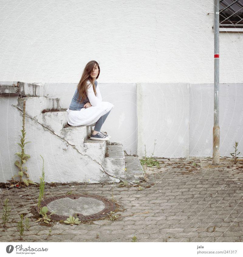rumsitzen Frau Mensch Pflanze Haus Erwachsene feminin Fenster Wand Gebäude Mauer Fassade warten Treppe Bauwerk 30-45 Jahre
