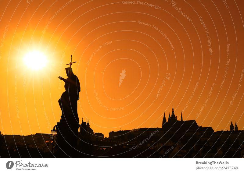 Sonnenuntergang Silhouetten der Skyline an der Karlsbrücke in Prag Ferien & Urlaub & Reisen Tourismus Sightseeing Städtereise Stadt Altstadt Kirche Dom Platz