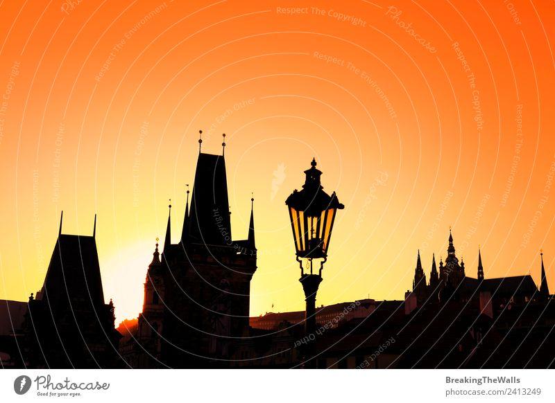 Sonnenuntergang hinterleuchtete Silhouetten von Dächern an der Karlsbrücke in Prag Ferien & Urlaub & Reisen Tourismus Sightseeing Städtereise Wolkenloser Himmel