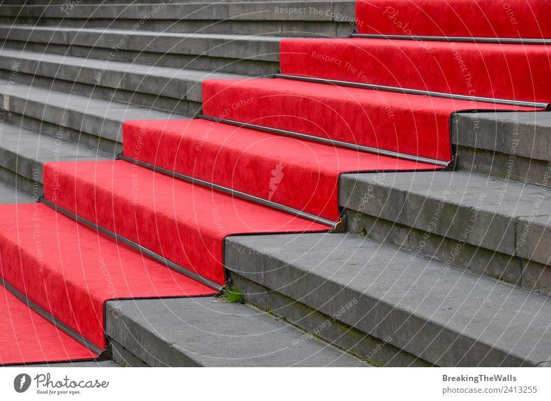 Nahaufnahme des roten Teppichs über der grauen Betontreppe Design Feste & Feiern Bauwerk Gebäude Architektur Treppe Stein Perspektive Treppenhaus steigen