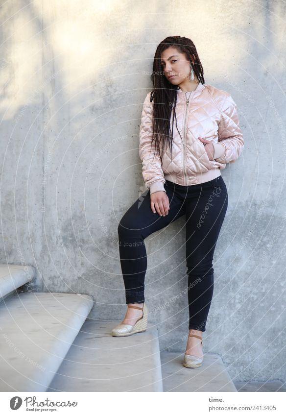 Nikolija feminin Frau Erwachsene 1 Mensch Mauer Wand Treppe Hose Jacke Ohrringe brünett langhaarig beobachten Blick stehen Coolness schön selbstbewußt