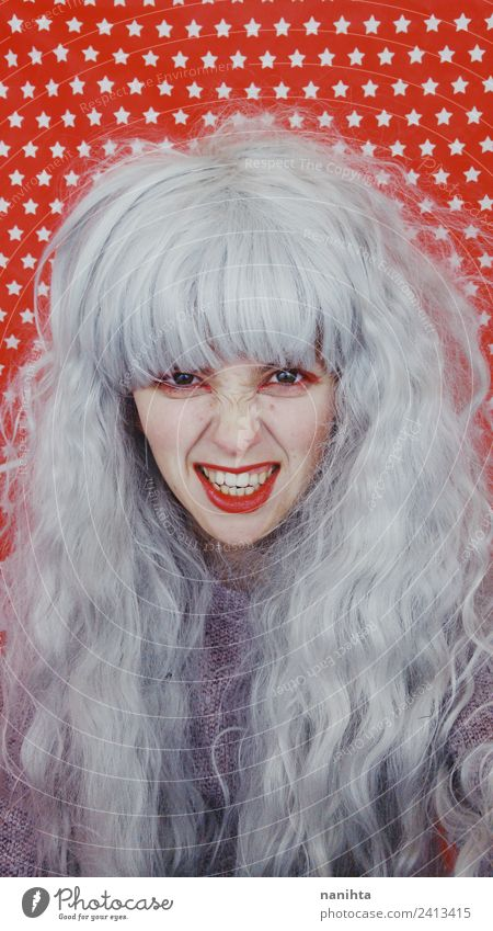 Junge und verrückte Frau mit grauen Haaren Stil Design Feste & Feiern Karneval Halloween Mensch feminin Junge Frau Jugendliche 1 18-30 Jahre Erwachsene