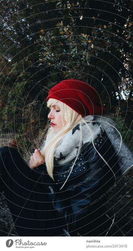 Mensch Natur Jugendliche Junge Frau Erholung Einsamkeit ruhig Winter Wald dunkel 18-30 Jahre Erwachsene Lifestyle Leben Umwelt Herbst