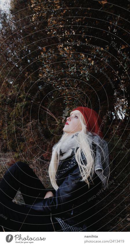 Junge blonde Frau allein im Wald. Lifestyle Stil Sinnesorgane Erholung Abenteuer Freiheit Mensch feminin Junge Frau Jugendliche 1 18-30 Jahre Erwachsene Umwelt
