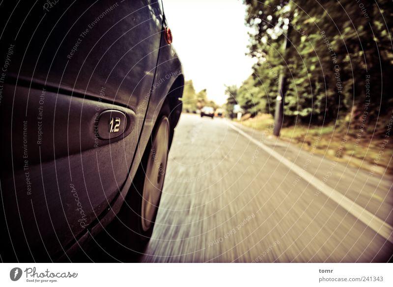 Roadtripping Straße Autobahn PKW Geschwindigkeit Farbfoto Gedeckte Farben Außenaufnahme Langzeitbelichtung Bewegungsunschärfe