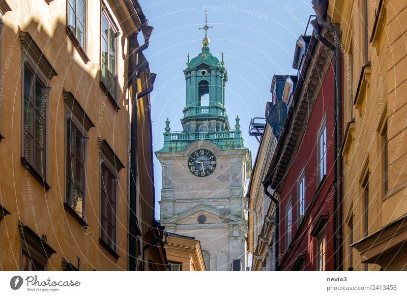 Kirche im Zentrum Stockholms Haus Bauwerk Gebäude Architektur Mauer Wand Fassade groß schön mehrfarbig Stadt Stadtzentrum Religion & Glaube Kirchenglocke