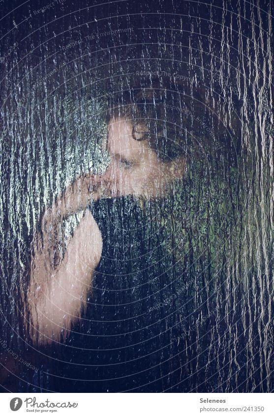 glasklarer Fall Mensch Frau Hand Erwachsene feminin Kopf Denken träumen Glas Arme T-Shirt Locken verstecken Schüchternheit