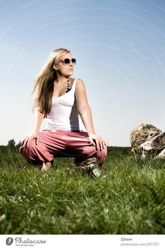 aufwärmphase Lifestyle Stil Erholung feminin Junge Frau Jugendliche 1 Mensch 18-30 Jahre Erwachsene Natur Landschaft Wolkenloser Himmel Sommer Wiese T-Shirt