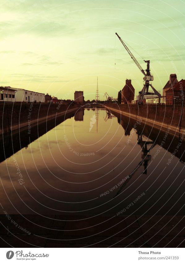 magdeburg Himmel Wasser Stadt ruhig Ferne gelb dunkel Architektur Küste grau Gebäude trist Fabrik Hafen lang Bucht