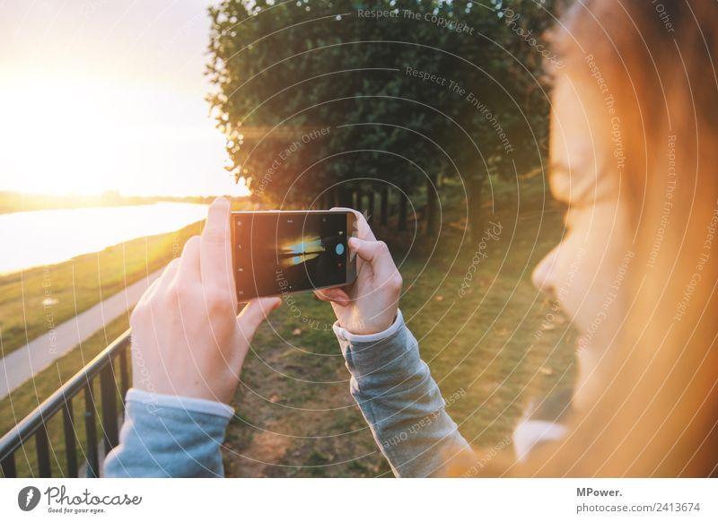 schnell noch ein foto Handy Fotokamera Technik & Technologie Unterhaltungselektronik Telekommunikation Mensch Junge Frau Jugendliche Erwachsene 1 18-30 Jahre
