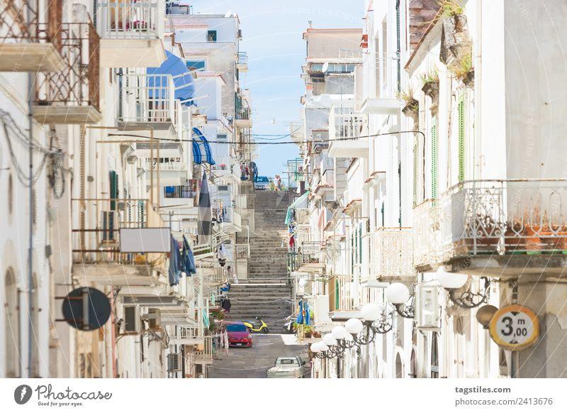Vieste, Apulien - Gasse durch das Stadtzentrum von Vieste Architektur Balkon Gebäude ruhig KFZ Großstadt Fassade Fischerdorf historisch Altstadt