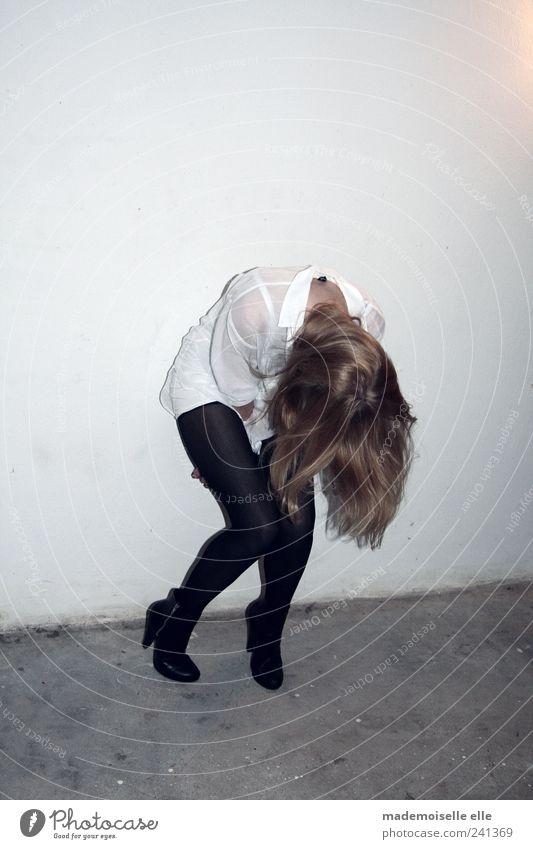 bow feminin Junge Frau Jugendliche Kopf Haare & Frisuren Beine 1 Mensch Hemd Strumpfhose Schuhe Damenschuhe brünett blond langhaarig Bewegung Denken fallen