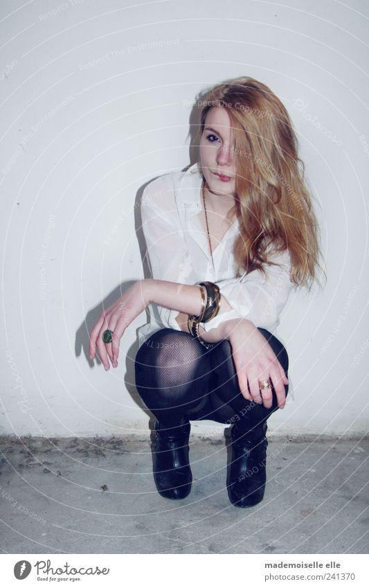 skepsis feminin Junge Frau Jugendliche Haut Kopf Haare & Frisuren Arme Hand Finger Beine 1 Mensch Hemd Strumpfhose Accessoire Schmuck Damenschuhe blond