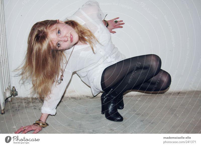 sideways feminin Junge Frau Jugendliche Haare & Frisuren Auge Nase Mund Brust Arme Hand Finger Beine Fuß 1 Mensch Hemd Strumpfhose Accessoire blond langhaarig