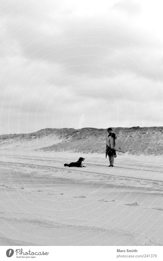 Zweisamkeit Freizeit & Hobby Strand Mann Erwachsene 1 Mensch Hund Sand Coolness loyal Freundschaft Tourismus Schwarzweißfoto Außenaufnahme Textfreiraum unten