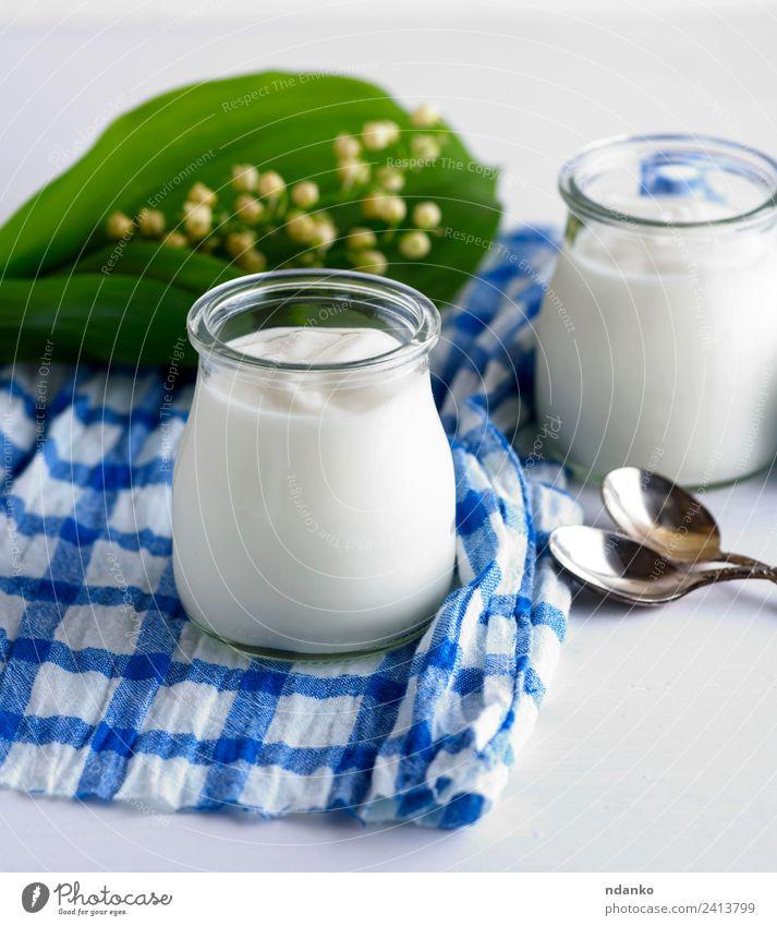 hausgemachter Joghurt im Glasglas Milcherzeugnisse Ernährung Frühstück Diät Löffel Tisch Blume Holz frisch blau grün weiß Griechen Lebensmittel Gesundheit