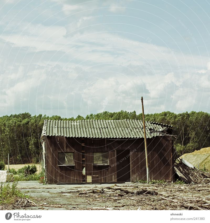 Hütte alt Himmel Haus Wolken Fenster Holz Fassade kaputt Vergänglichkeit Verfall Ruine
