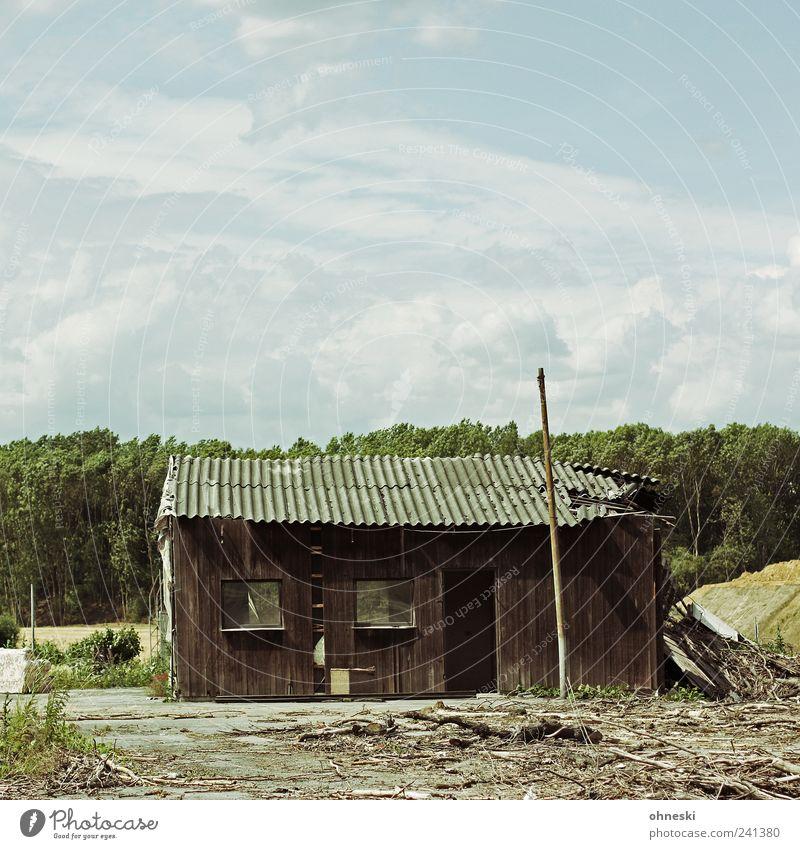 Hütte Himmel Wolken Menschenleer Haus Ruine Fassade Fenster alt Verfall Vergänglichkeit kaputt Holz Farbfoto Gedeckte Farben Außenaufnahme Textfreiraum oben