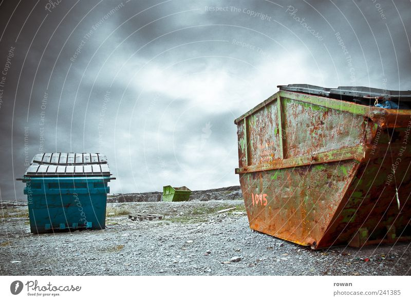 muellkippe Umwelt dunkel Stein Metall kaputt trist Vergänglichkeit Müll gruselig Verfall Container hässlich Umweltverschmutzung Müllbehälter Wolkenhimmel