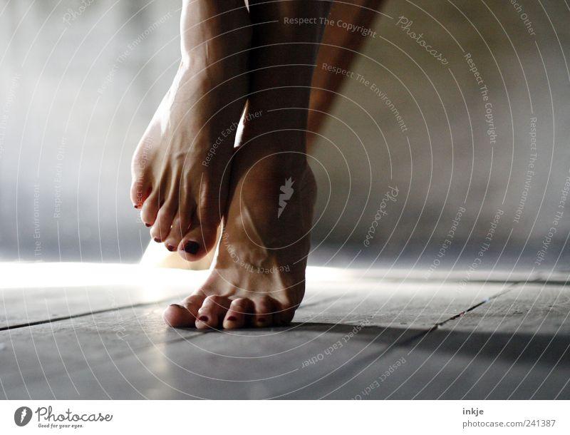 also entweder, sie musste mal, ... Mensch Erwachsene Leben Gefühle grau Fuß braun Stimmung außergewöhnlich stehen Barfuß Zehen Scham Nervosität Holzfußboden Hemmung