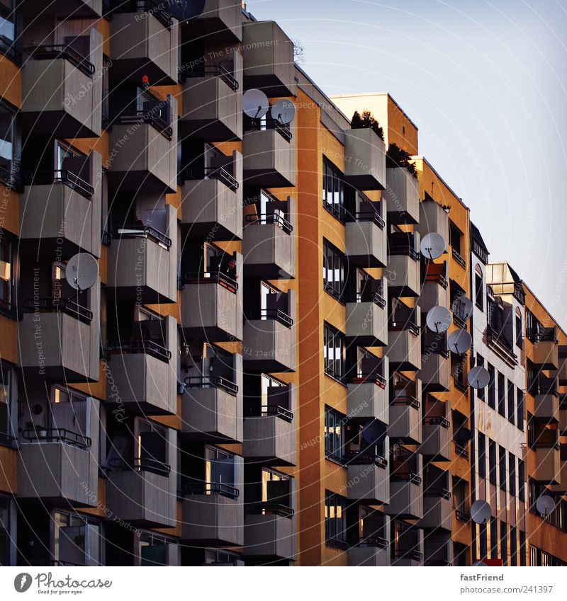 Großstadtkaserne Sightseeing Städtereise Sommer Häusliches Leben Wohnung Haus Plattenbau Hochhaus alt gigantisch neu retro ruhig allgemein Farbfoto