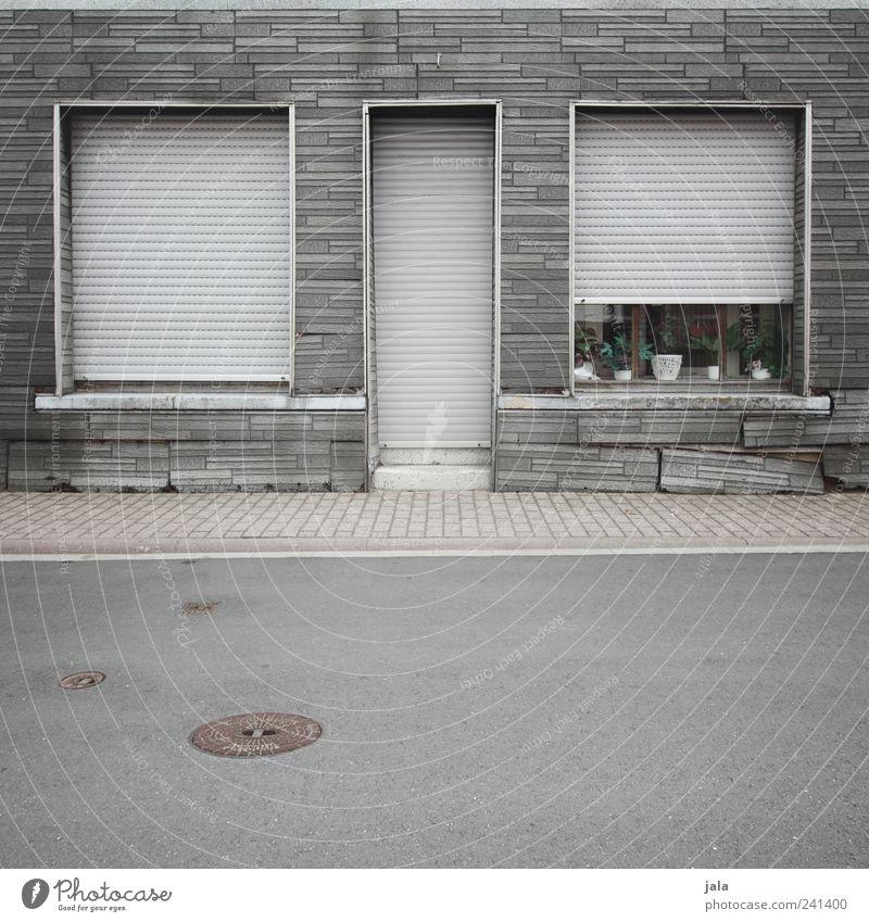 fensterbank Haus Straße Fenster Wand Architektur grau Wege & Pfade Mauer Gebäude Tür Fassade trist Bauwerk Backstein Gully Einfamilienhaus