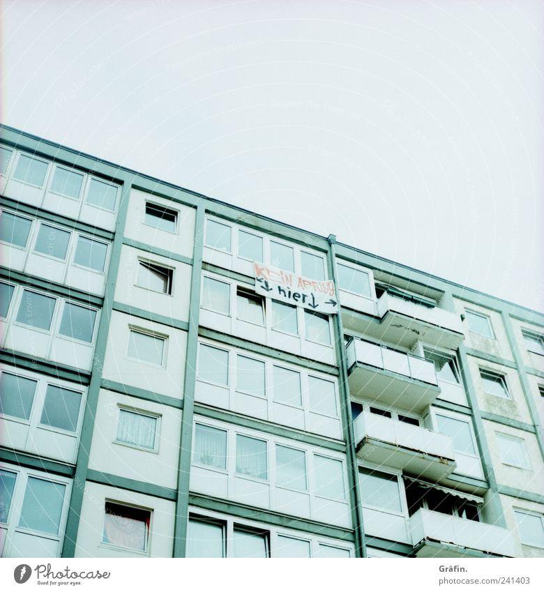 Kein Abriss hier! Stadt Menschenleer Hochhaus Fassade Balkon Schriftzeichen Graffiti Fahne authentisch dreckig hell trashig blau grau weiß Verbitterung trotzig