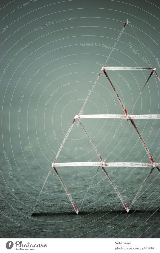 Kartenhaus Straße Spielkarte Linie stehen dünn klein nah Genauigkeit Konzentration Präzision stagnierend Symmetrie Stabilität Farbfoto Außenaufnahme