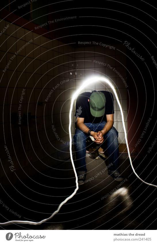 ERLEUCHTET Mensch Jugendliche ruhig dunkel kalt Wand Stil Traurigkeit Mauer Denken hell maskulin elegant sitzen Lifestyle Jeanshose