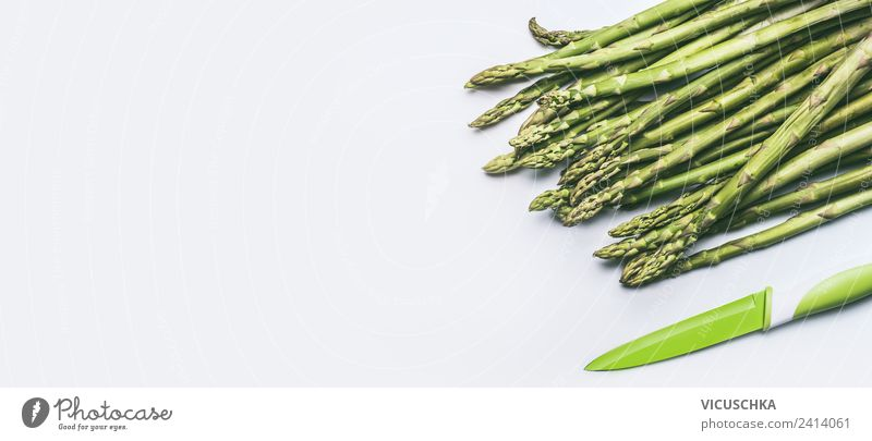 Grüne Spargel mit Messer Lebensmittel Gemüse Ernährung Bioprodukte Vegetarische Ernährung Diät Stil Design Gesundheit Gesunde Ernährung Tisch Restaurant
