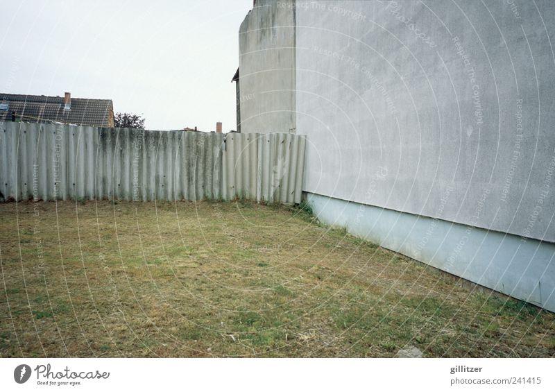 Trostloses auf Usedom alt Einsamkeit Haus Wand Mauer Traurigkeit Armut kaputt authentisch Dorf trashig Langeweile Sorge hässlich Erschöpfung Krise